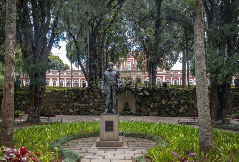 Dom Pedro II standbeeld bij Keizer vroeger de Zomerpaleis van de Museumbinnenplaats van Braziliaanse Monarchie - Petropolis, Rio  stock fotografie