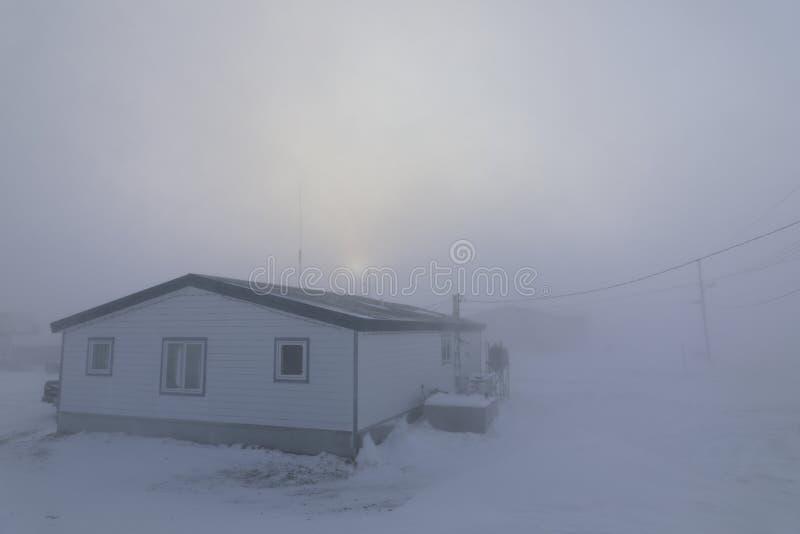 Dom prawie całkowicie przepadł w czarnych warunkach w kanadyjskiej Arktyce obrazy royalty free