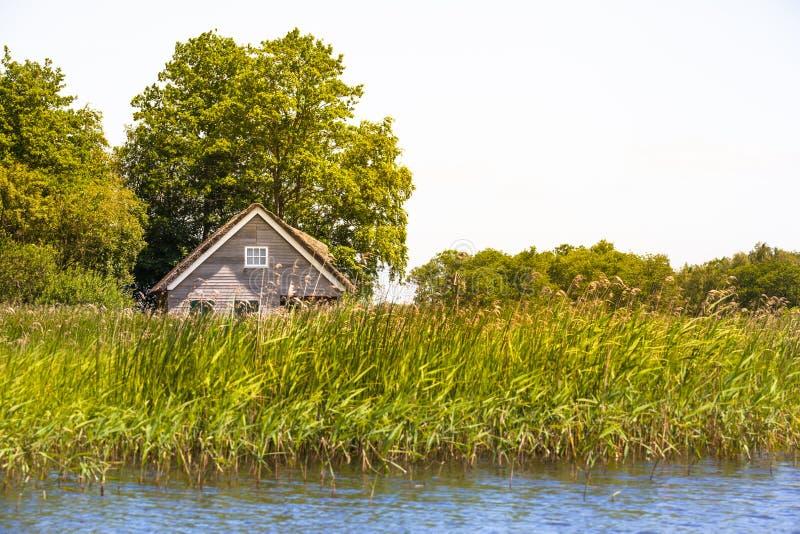 Dom przy brzeg rzeki fotografia royalty free