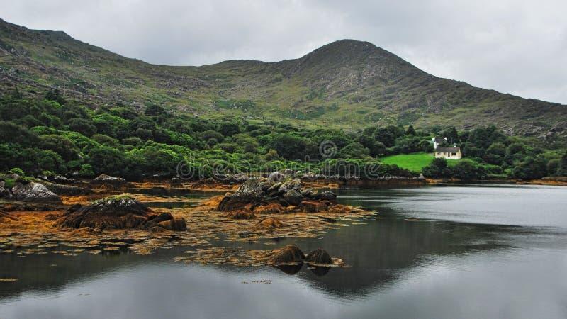 Dom przy jeziorem w Irlandzkiej wsi zdjęcia stock