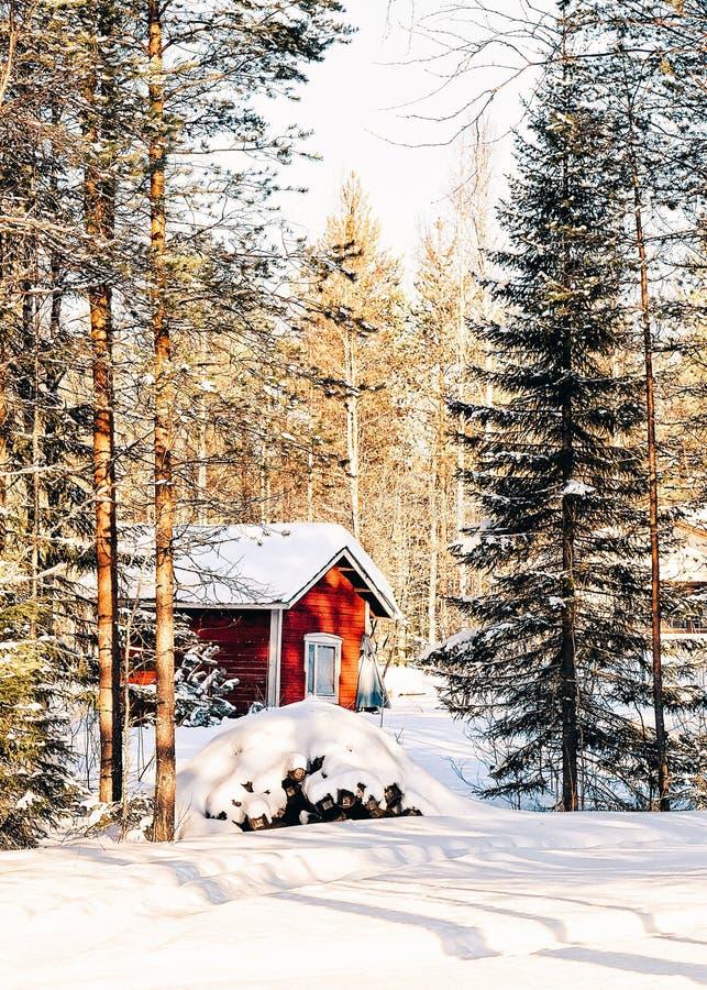 Dom przy renifera gospodarstwem rolnym w Finlandia Lapland w zimie obrazy stock