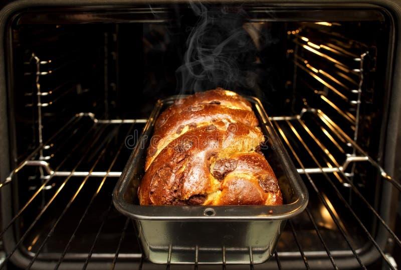 Dom robić świeżo piec wciąż tradycyjny romanian bożego narodzenia Xmas gąbki torta cozonac w pieczenie formie przed piekarnikiem zdjęcia stock