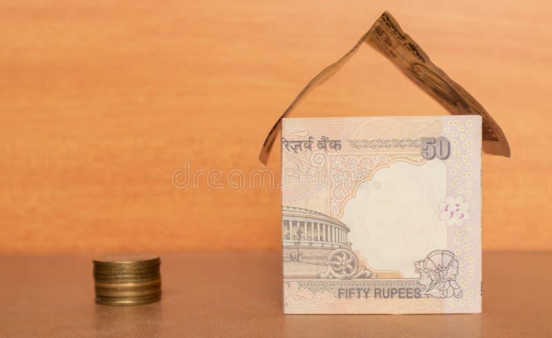 Dom robić od Indiańskiej waluty z monetami zdjęcie stock