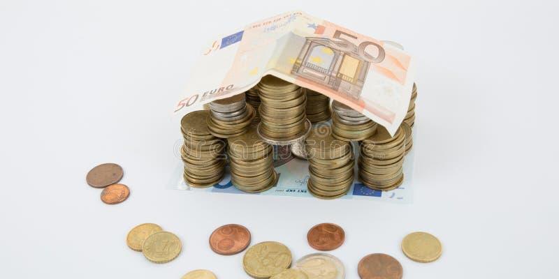 Dom Robić Od sterty monet I banknotu Dachowa nieruchomość fotografia royalty free