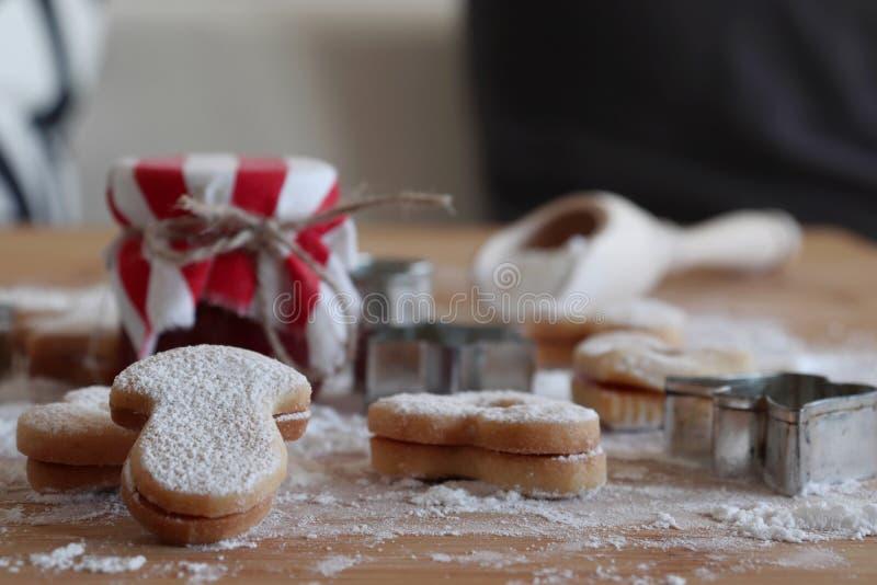 Dom robić piec Bożenarodzeniowych ciastka jako prezent dla rodziny i przyjaciół na drewnianym stole Tradycyjny w Europa zamazany zdjęcie stock