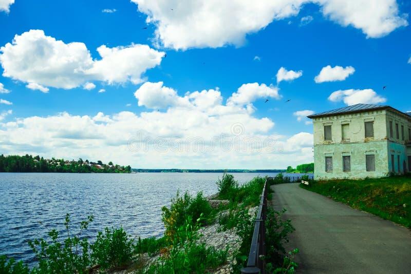 Download Dom rzeką obraz stock. Obraz złożonej z błękitny, krzaki - 53786221