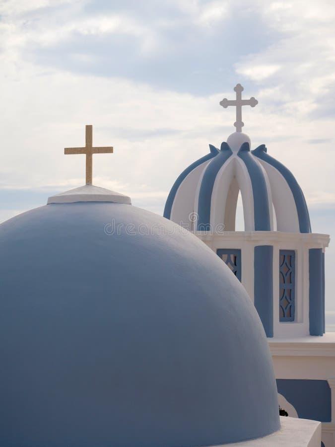 DOM tradizionali della chiesa in Santorini fotografia stock libera da diritti