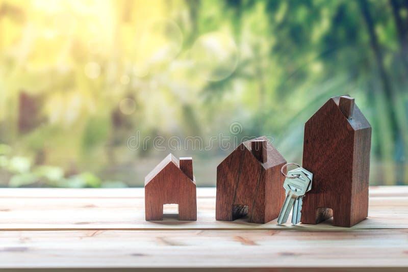 Dom umieszczający na moneta mężczyzna ` s ręce planuje savings pieniądze monety kupować dom obrazy stock