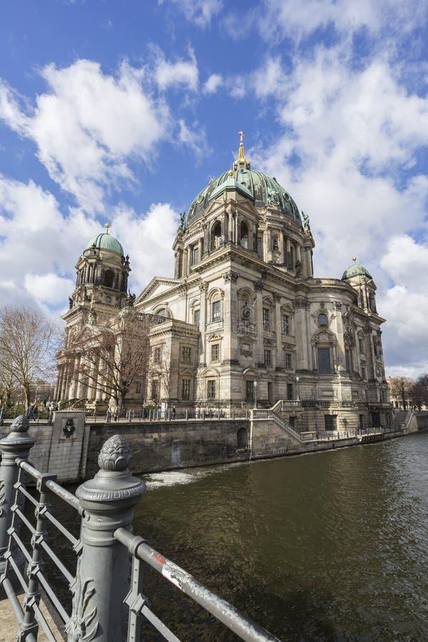 Dom von Berlin in Berlin am Tag lizenzfreie stockfotografie