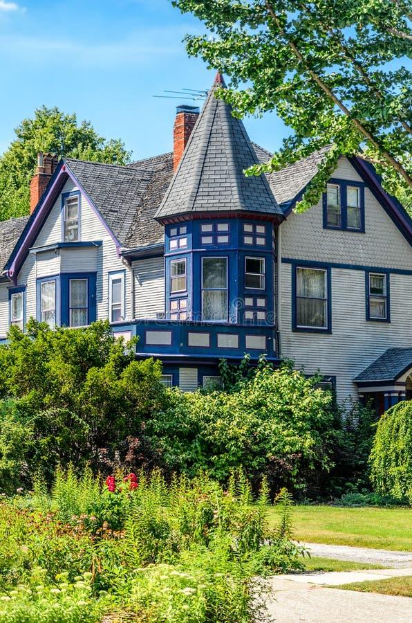 Dom w dębu parku fotografia royalty free