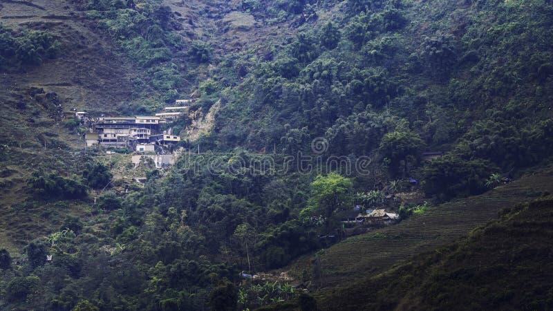 Dom w dolinie która kolejnego kroka zdjęcie royalty free