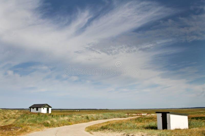 Dom w Duńscy krajobrazy w lecie fotografia stock