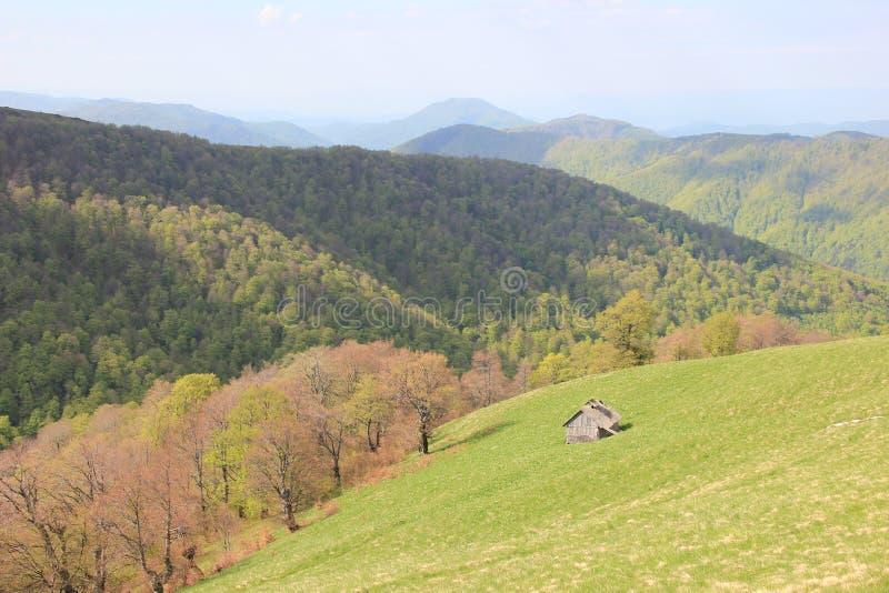 Dom w górach w wiośnie zdjęcie stock
