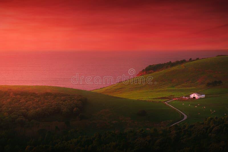 dom w Gorliz blisko morza z zmierzchu niebem zdjęcie stock