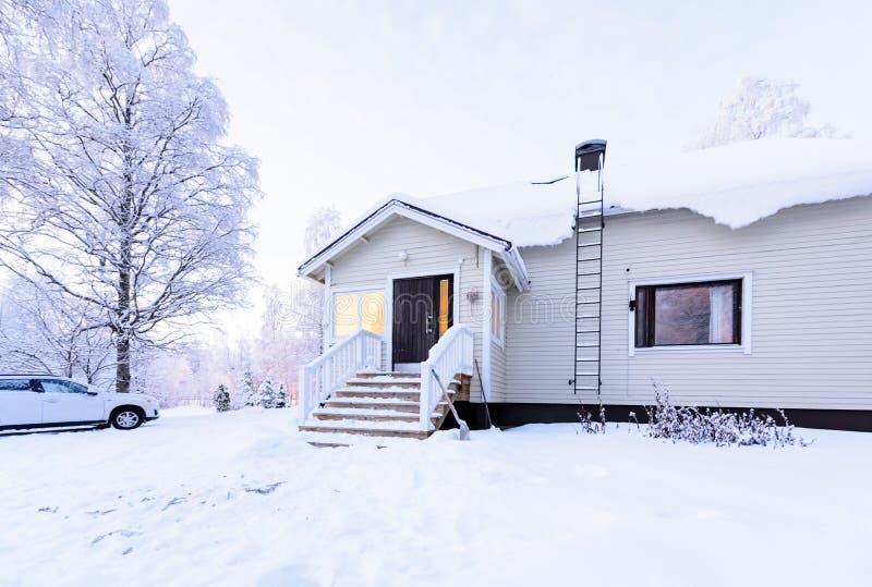Dom w lesie zakrywał z ciężkim śniegiem w zima sezonie przy Lapland, Finlandia zdjęcia stock