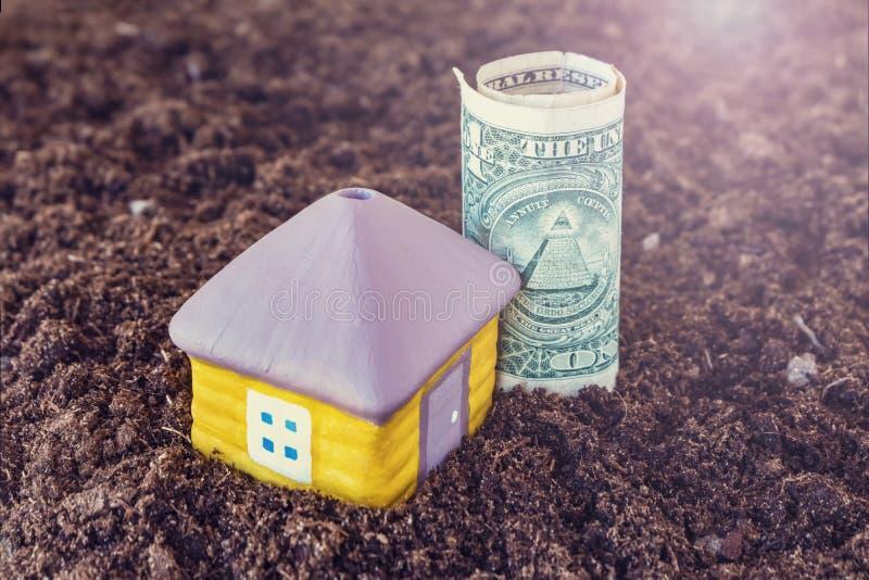 Dom w ziemi, ratuje pieniądze budować domowego pojęcie Pojęcie zyskowna inwestycja w biznesie zdjęcia royalty free