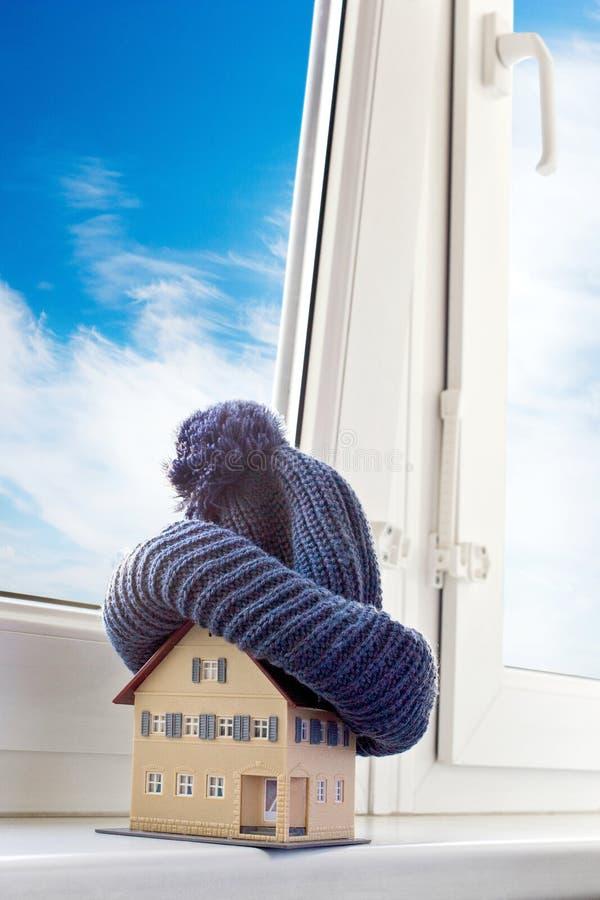 Dom w zimie ogrzewania pojęcie i zimna śnieżna pogoda z modelem dom - zdjęcie royalty free