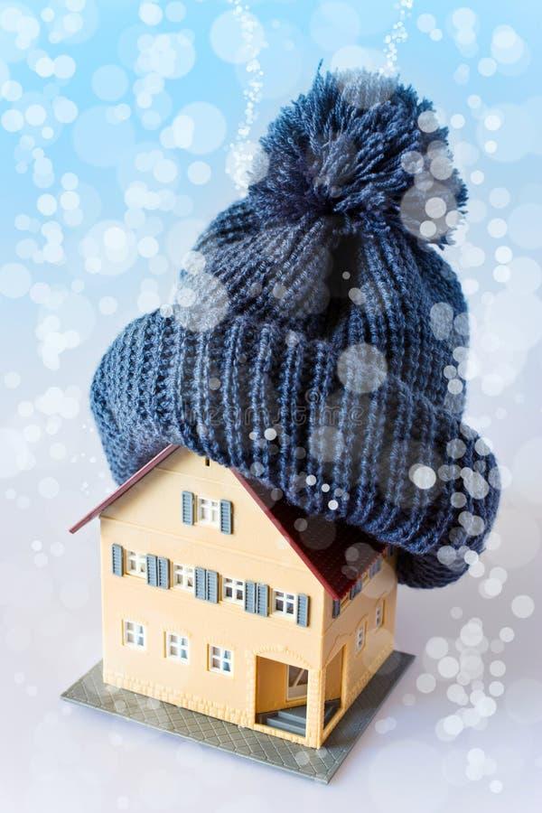Dom w zimie ogrzewania pojęcie i zimna śnieżna pogoda z modelem dom - fotografia stock