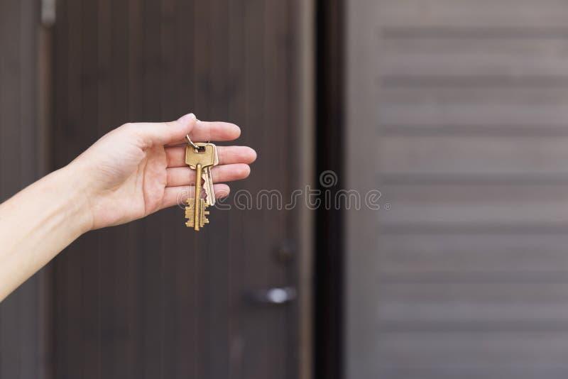 Dom wpisuje w kobiety ` s ręce przed dzwi wejściowy Istny esta obrazy stock
