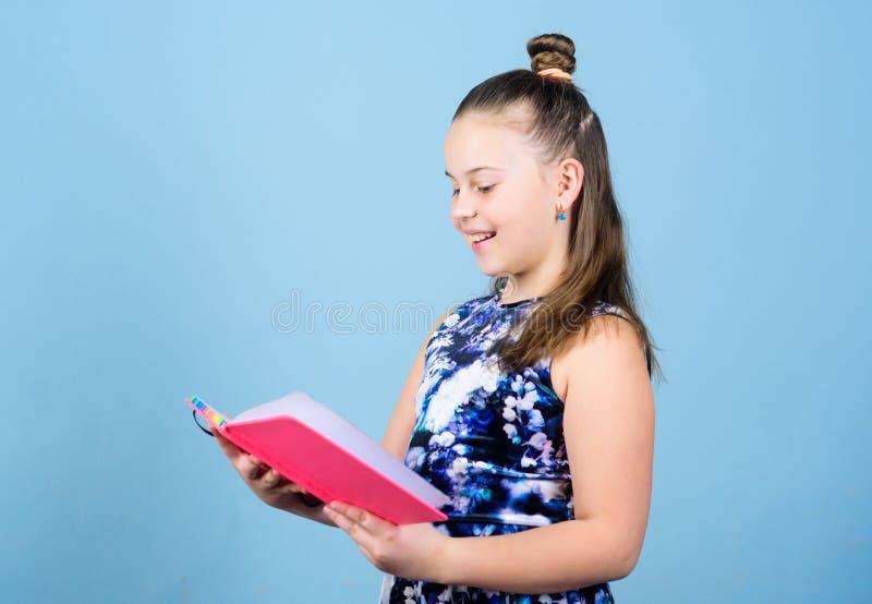 Dom wydawniczy szefa kuchni redaktora spojrzenie przez cały artykułu mały wydawca szkolny gazetowy reporter mała dziewczyna z not zdjęcie royalty free