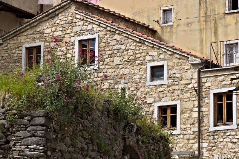 Dom z ścianami w białym Kararyjskim marmurze w miasteczku Colonnat zdjęcia royalty free