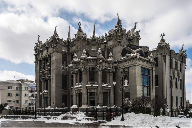 Dom z chimeras Śnieżny dzień w zimy mieście zdjęcie royalty free