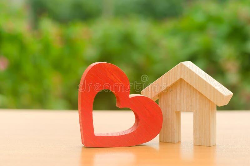 Dom z czerwonym drewnianym sercem Dom kochankowie Niedrogi budynek mieszkalny dla młodych rodzin, program wsparcia Rodzicielski g zdjęcia royalty free