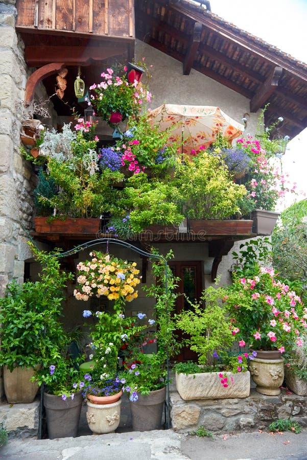 Dom z kwiatami w malowniczym miasteczku Yvoire obrazy royalty free