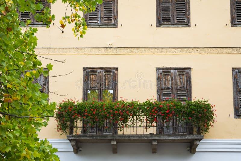 Dom z kwiatami w ulicznym Levico Termen, Włochy zdjęcia royalty free