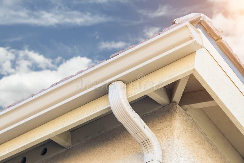 Dom z Nowymi Bezszwowymi aluminium deszczu rynnami zdjęcie royalty free