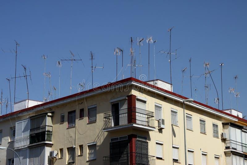 Dom z wiele wspina? si? telewizyjnymi antenami w Seville obrazy stock