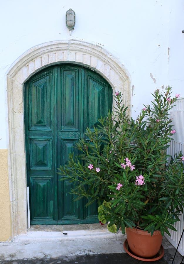 Dom z Zielonym drzwi i kwiatami obraz royalty free