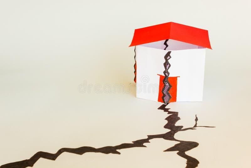 Dom załamujący się w seism fotografia royalty free