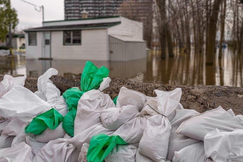 Dom zanurzający wodą podczas powodzi obrazy stock