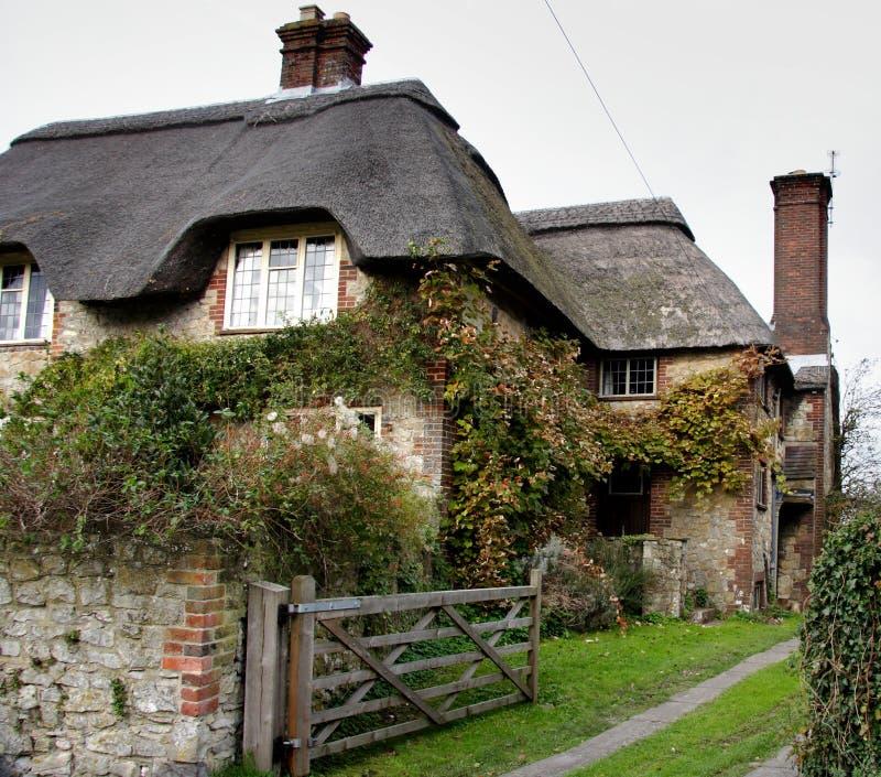 dom zbiegł strzechą wioskę. obraz stock