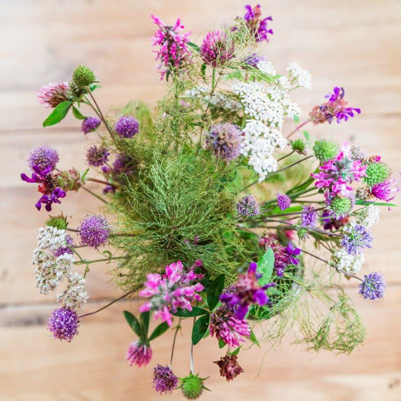 Dom zrobił Świeżemu Dzikich kwiatów bukietowi na Drewnianym stole fotografia royalty free