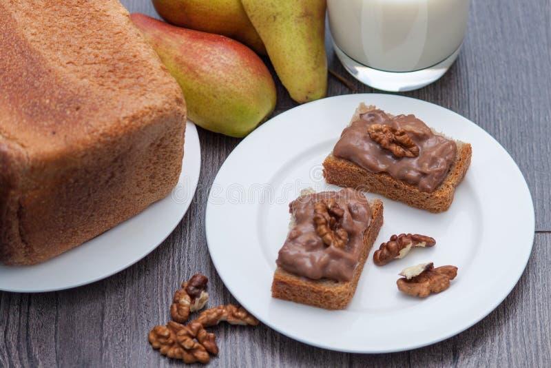 Dom zrobił czekoladowej pascie z dokrętkami przekąska zdrowa Mleko, bonkreta, chleb zdjęcia royalty free