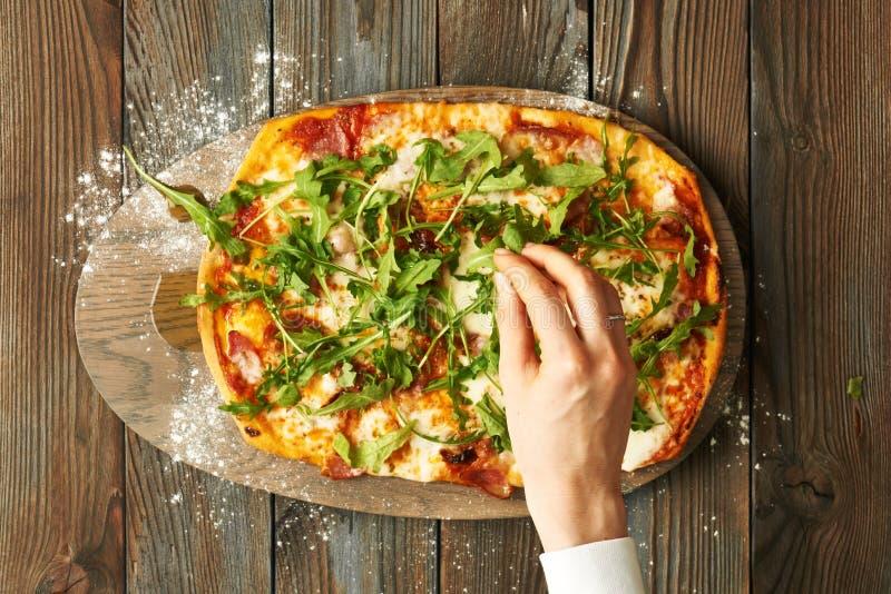 Dom zrobił pizzy na drewnianym stole zdjęcia royalty free