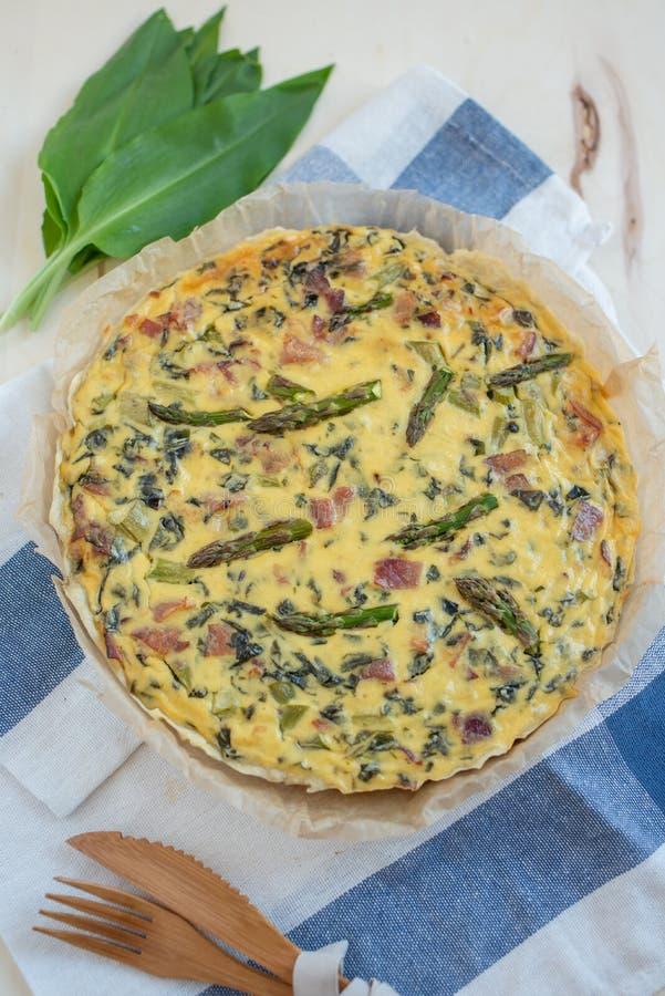 Dom zrobił quiche z zielonym asparagusem obrazy stock