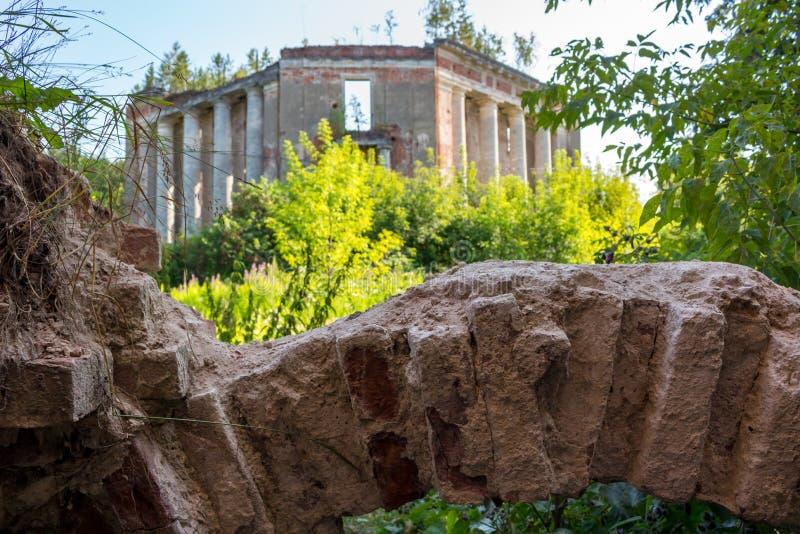 Domaine de Petrovskoe-Alabino - les ruines d'une ferme abandonnée à la fin du XVIIIème siècle photographie stock