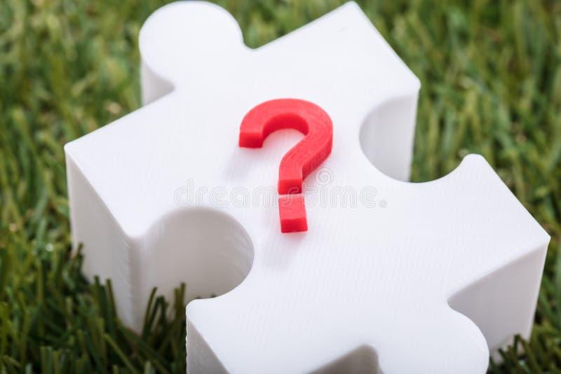 Domanda rossa Mark Sign On Jigsaw Puzzle fotografia stock libera da diritti