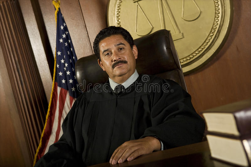 Domare At Courtroom royaltyfri bild