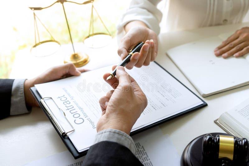 Domare eller advokat som talar med laget eller klienten royaltyfria foton