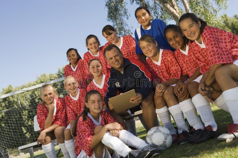 Domare med det kvinnliga fotbolllaget arkivfoton