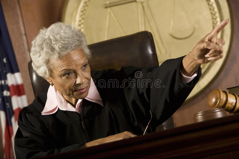 Domare Pointing In Courtroom arkivfoto