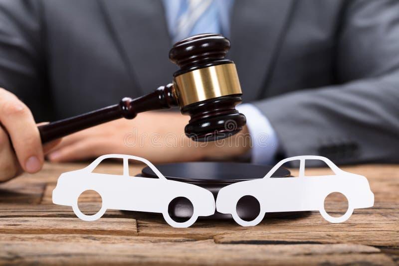 DomareAnd Car Damage värdering arkivfoto