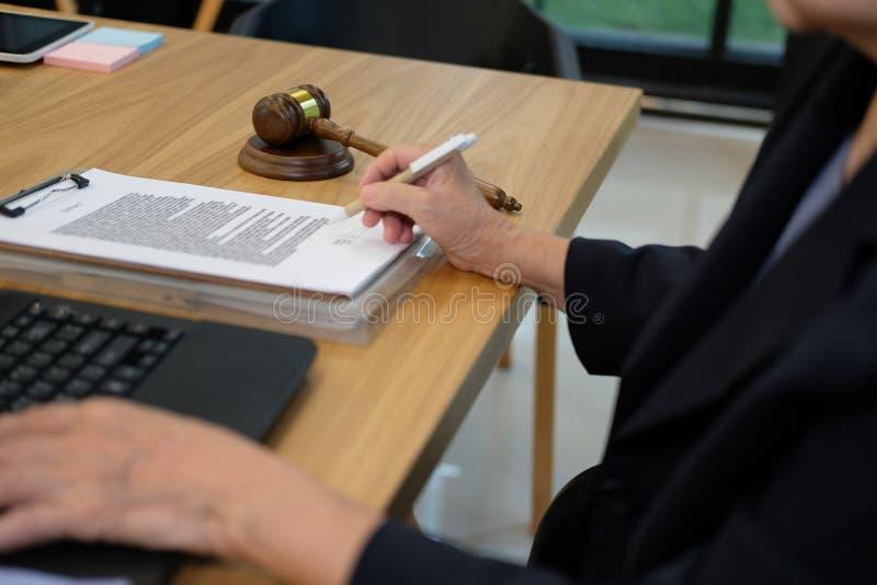 domarearbete med dokumentdatoren laglig lagauktionsklubba på rättssalen royaltyfri fotografi