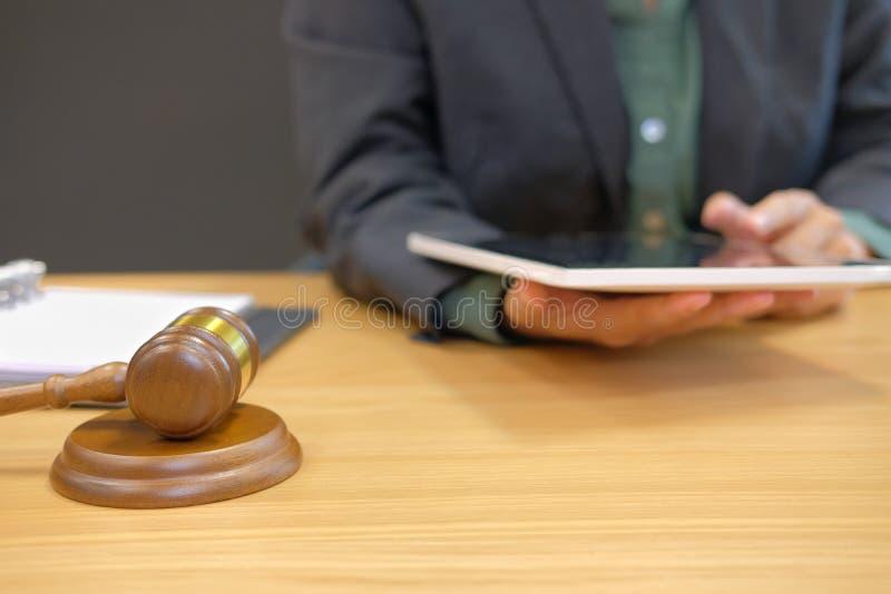 domarearbete med minnestavlan laglig lagauktionsklubba på rättssalen advokat att arkivfoton