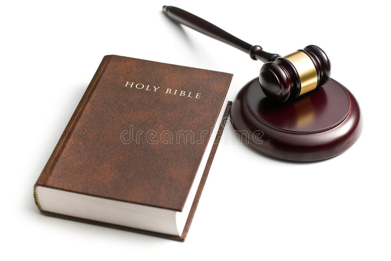 Domareauktionsklubba med den heliga bibeln royaltyfri bild