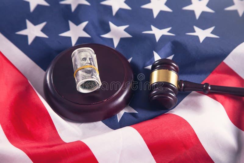 Domareauktionsklubba med dollar och amerikanska flaggan arkivfoto